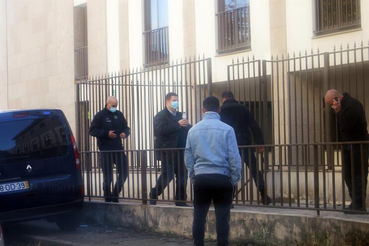 Sebastião Bertão, segurando uma garrafa de água, à chegada ao tribunal