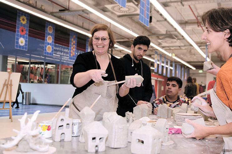 Oficina de construção de uma Cascata Comunitária, no Mercado Provisório de Bolhão. Teresa Branco (ceramista)