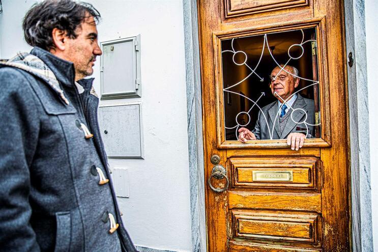 Vítor Besugo, presidente da Junta de Freguesia de Beringe, presta apoio regular a Manuel Matos, 84 anos