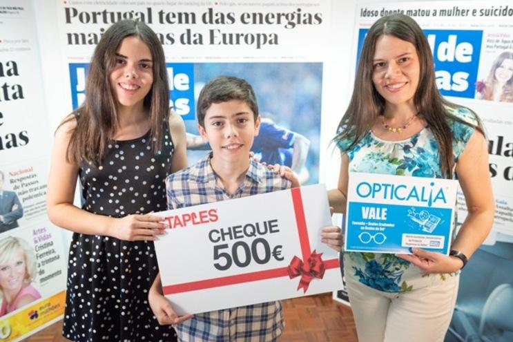 """Luís Falcón, a irmã Chantal e a mãe Norka recebem os vales do """"Regresso às Aulas"""""""