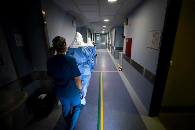 Salas preparadas para receber doentes com o coronavírus no Hospital São João, no Porto
