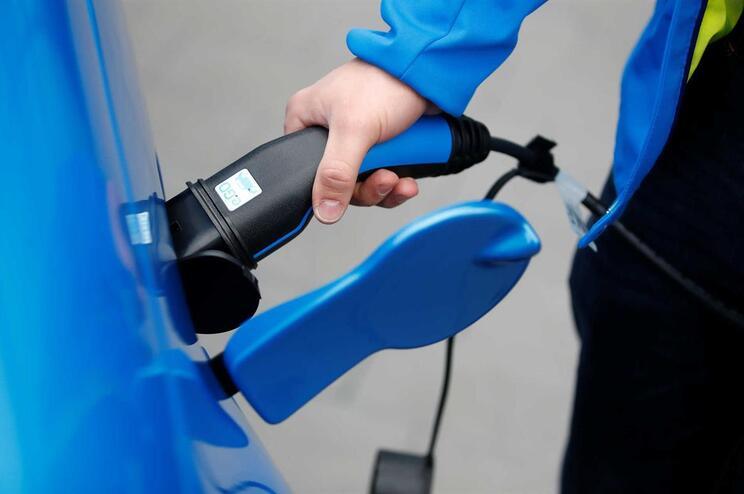 Falta de carregadores elétricos públicos obriga condutores a arriscar em casa
