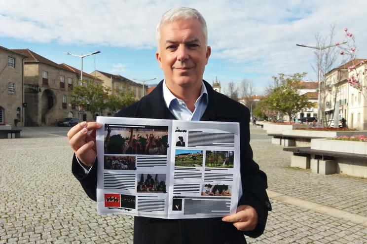Rui Santos mostra a próxima newsletter da Câmara de Vila Real