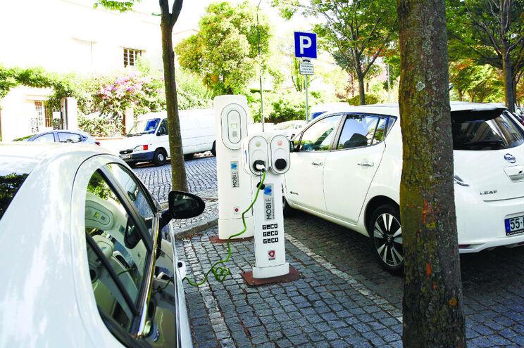 Governo quer triplicar postos de carregamento de carros elétricos