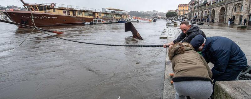 Rio Douro galgou margens nas zonas ribeirinhas do Porto e Gaia