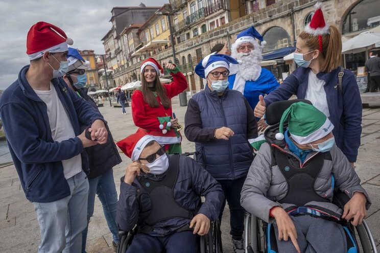 Pai Natal chegou à Ribeira do Porto de barco rabelo e vestido de azul