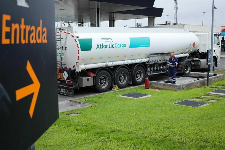Camião cisterna reabastece um posto de combustível em Lisboa