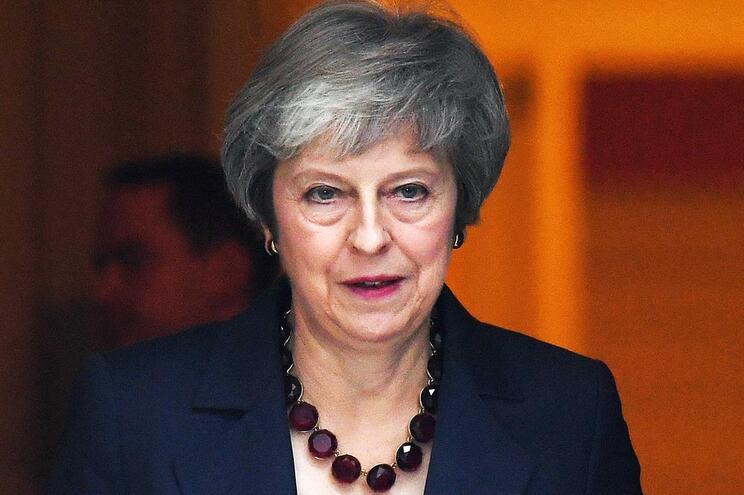 Governo de Theresa May aceita acordo sobre Brexit assinado com UE