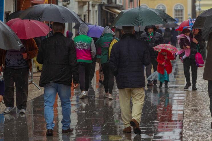 Segunda-feira de chuva e mais frio em todo o país