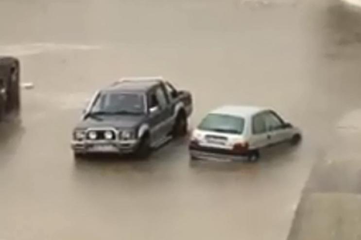 Automobilistas retidos devido a inundação na via