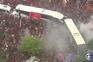 Autocarro do Flamengo engolido por mar de adeptos na saída para a final