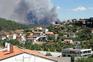 """Bombeiros lutam contra incêndio """"casa a casa"""" em Cabeceiras de Basto"""