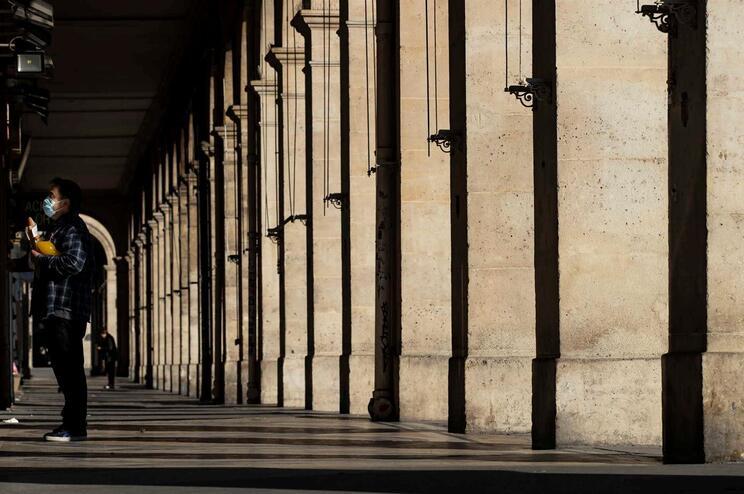 Ruas de Paris estão desertas