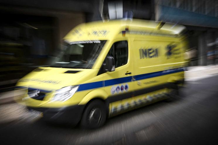 A mulher ficou ferida, na sequência do acidente