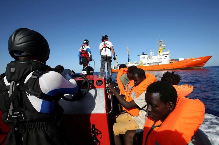 Centenas de pessoas continuam em alto mar à espera de resgate