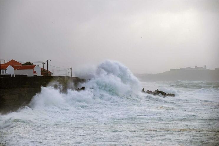 Vigora aviso amarelo devido à agitação marítima