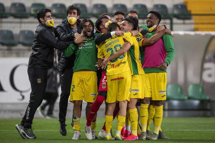 Os jogadores do Paços de Ferreira celebram após marcarem o segundo golo frente ao Belenenses durante
