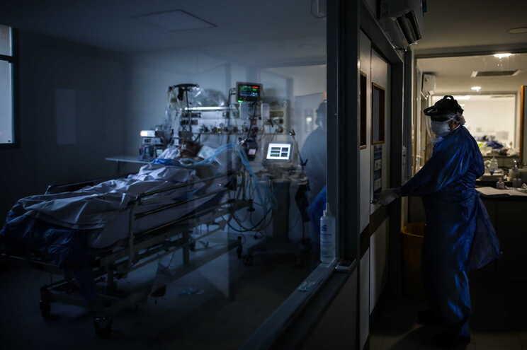 Mais de 3700 argentinos permanecem em unidades de cuidados intensivos.