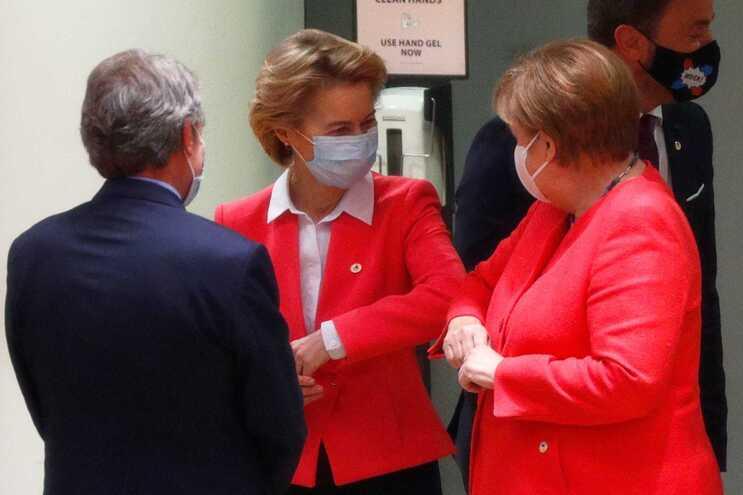 Ursula von der Leyen cumprimenta a chanceler alemã Angela Merkel à chegada à cimeira