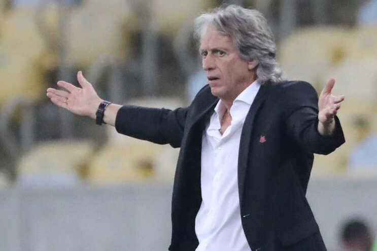 Mais uma conferência de imprensa caricata do herói do Flamengo