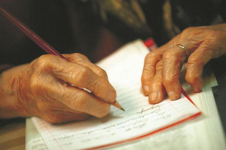 Assistente de enfermagem levou idosa milionária a autorizar a gestão de todo o património e contas