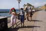 Turistas usam máscaras perto de praia nas ilhas Canárias