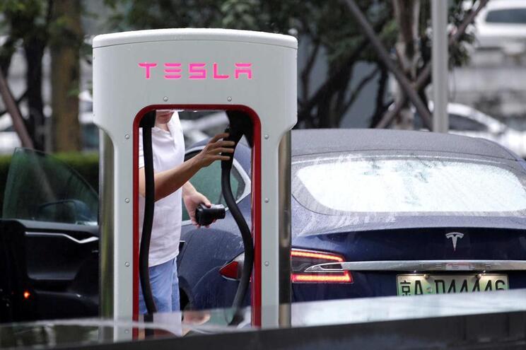 Carros elétricos poluem mais na produção mas compensam depois