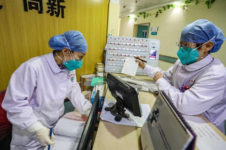 Funcionárias usam máscaras no hospital de Wuhan, na China