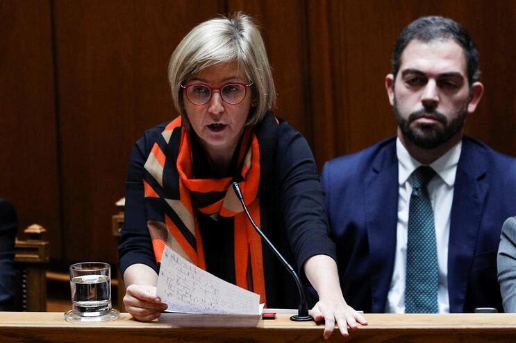A ministra da Saúde, Marta Temido, acompanhada pelo secretário de Estado Adjunto e dos Assuntos Parlamentares