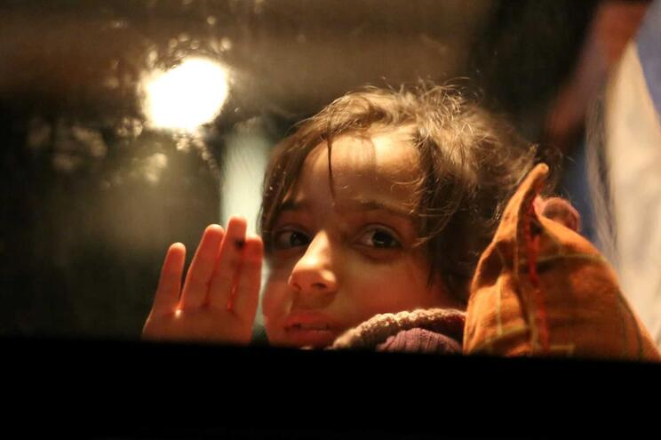 Milhares de pessoas retiradas de Ghouta Oriental e Douma
