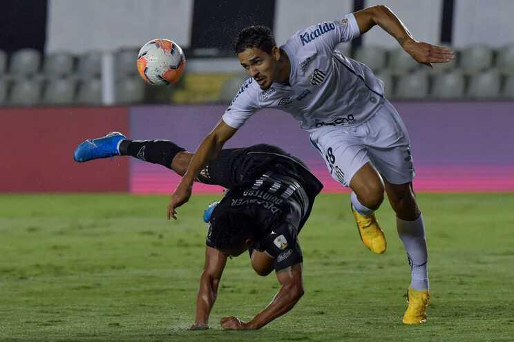 Lucas Veríssimo, à direita, já acertou salário com o Benfica