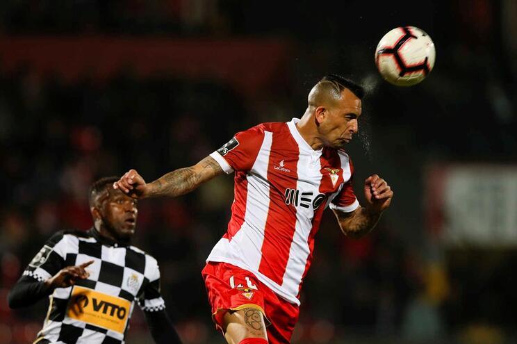 Diego Galo ganha a bola a Mateus