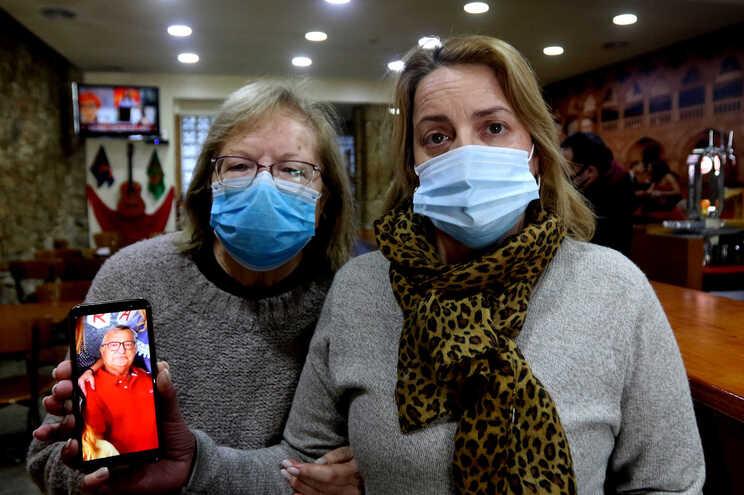 Helena Moura e Renata Martins, mulher e filha de José Silva, internado em Cuidados Paliativos, com muitas