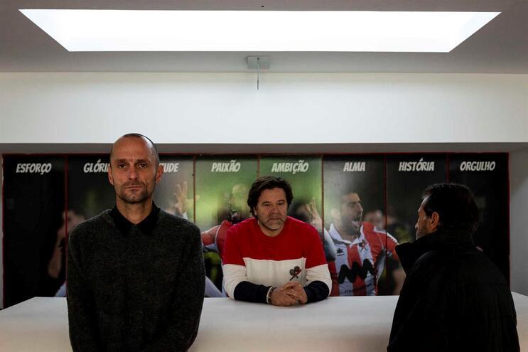 Carlos (à esquerda) e Joaquim (à direita) ao lado do presidente da SAD Paulo Lopo
