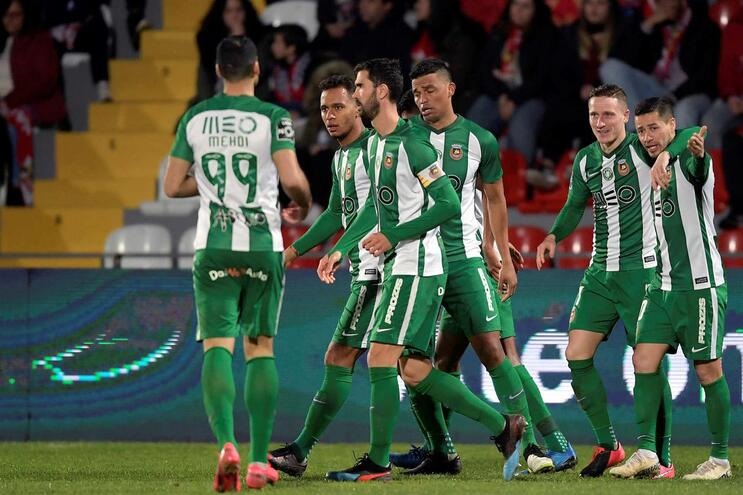 Os jogadores do Rio Ave festejam um golo contra o Desportivo das Aves durante o jogo da Primeira Liga