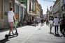 Utilizador passeia com veículo elétrico pela Rua das Flores