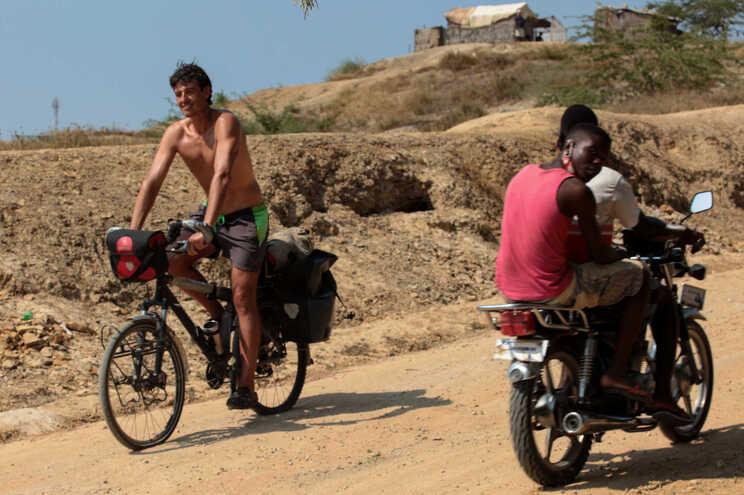 O basco Ruben Alonso Elorza, 47 anos, percorre uma estrada em Cabo Ledo