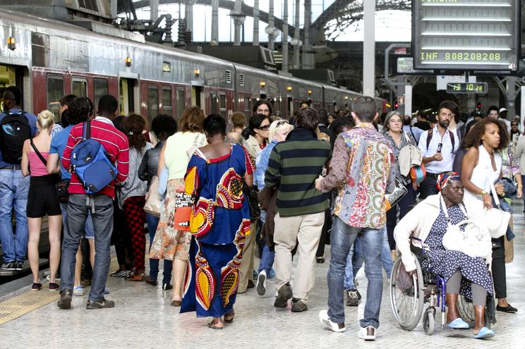 Supressão de comboios causou concentração de utentes nas estações e motivou queixas