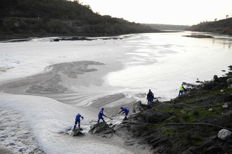 Rio Tejo poluído