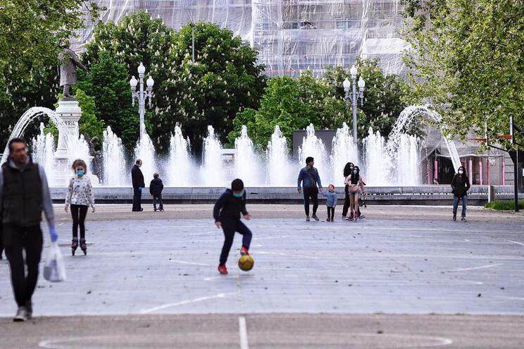 As crianças trouxeram novamente alegria às ruas de Espanha depois de seis semanas de confinamento
