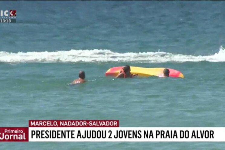 Marcelo Rebelo de Sousa, à esquerda na imagem, abeirou-se dos jovens em dificuldas no mar do Algarve
