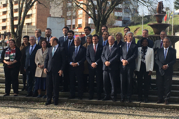 Foto dos membros do governo à entrada para o Conselho de Ministros em Bragança