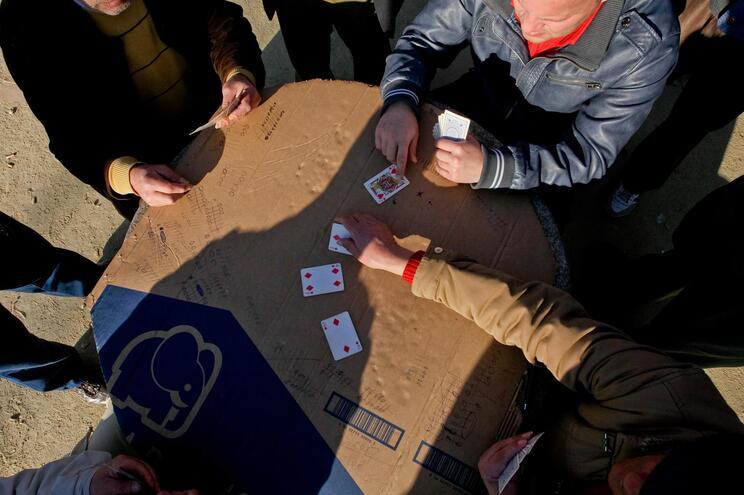 Onze idosos infetados por jogarem cartas ao ar livre sem máscara