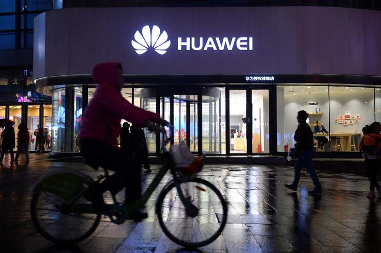"""Huawei """"em discussão"""" com Google para responder às interdições dos EUA"""