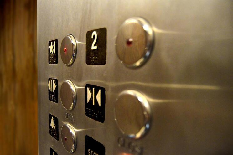 Os botões dos elevadores são objetos de potencial contágio