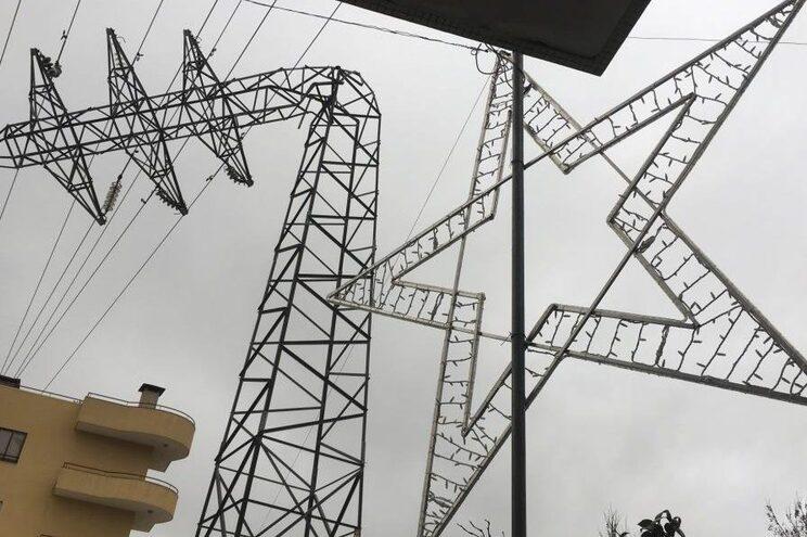 Postes dobrados pelo vento deixou vila de Joane sem luz