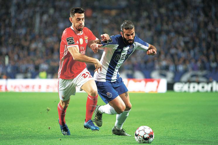 Pizzi e Sérgio Oliveira em ação no clássico entre F. C. Porto e Benfica, realizado em fevereiro