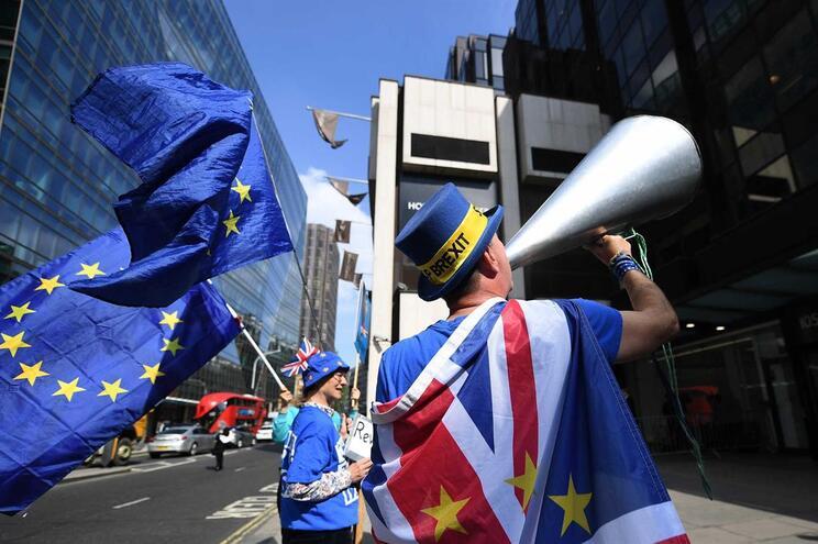 Governo britânico continua em negociações com a oposição do partido Trabalhista para encontrar um entendimento