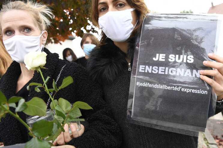 """""""Sou professor"""" uma cartaz pela liberdade de expressão, numa homenagem ao professor decapitado junto"""