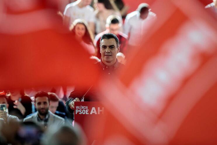 O PSOE de Pedro Sanchez tem vantagem nas sondagens, mas nem Esquerda nem Direita têm maioria dos deputados